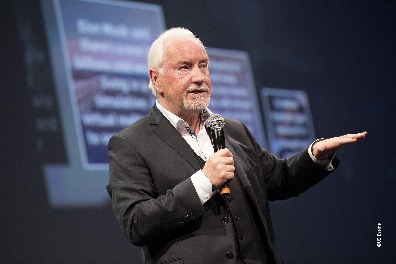 Ray Hammond à la conférence USIEvents présentant son talk sur l'homme et la réalité virtuelle